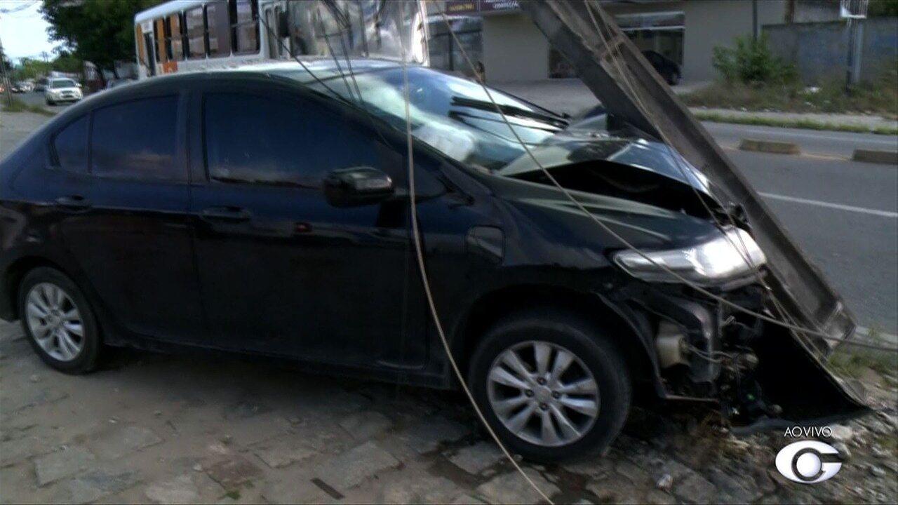 Carro bate e arranca poste na Av. Menino Marcelo, na serraria, em Maceió