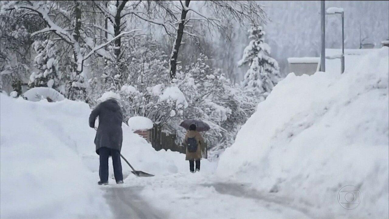 Nevasca provoca mortes e transtornos na Europa