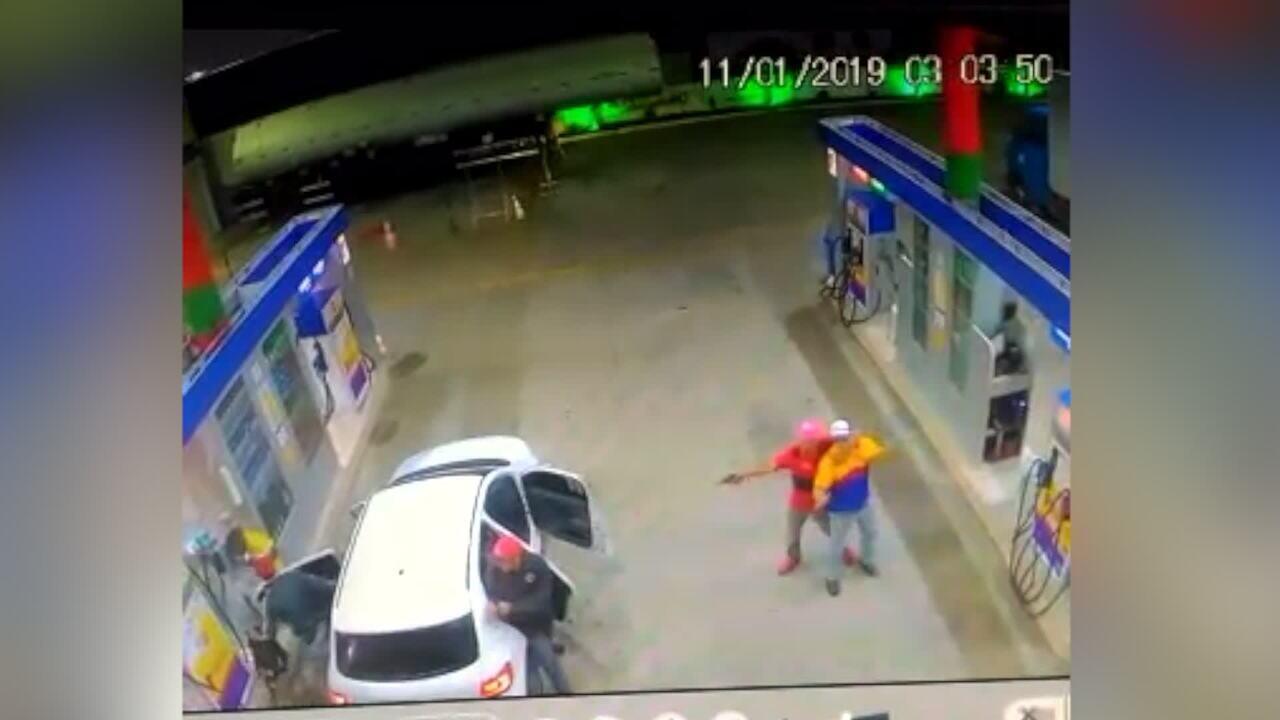 Vídeo mostra frentista sendo levado por assaltantes em Tangará, RN