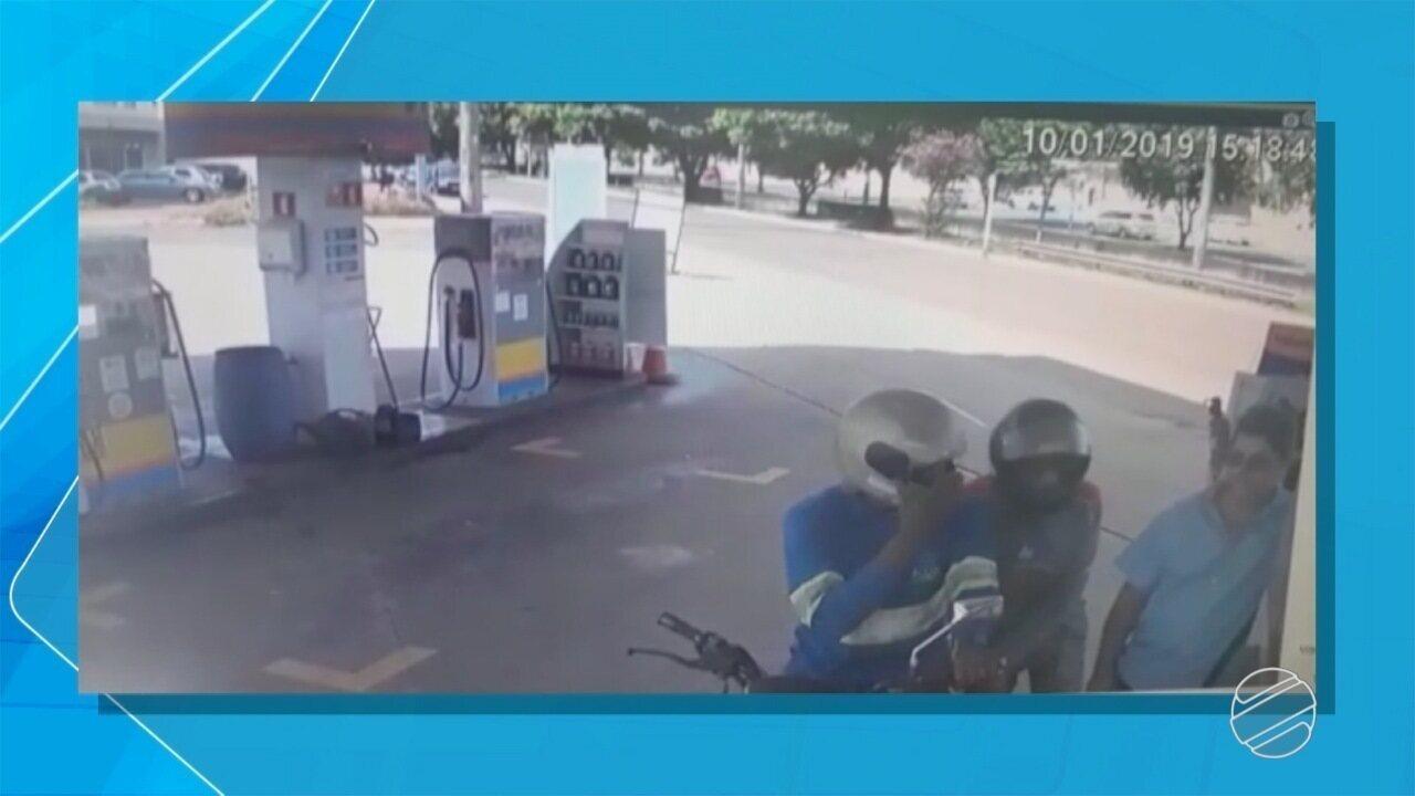 Criminosos usando uniformes de empresas assaltam posto de combustível