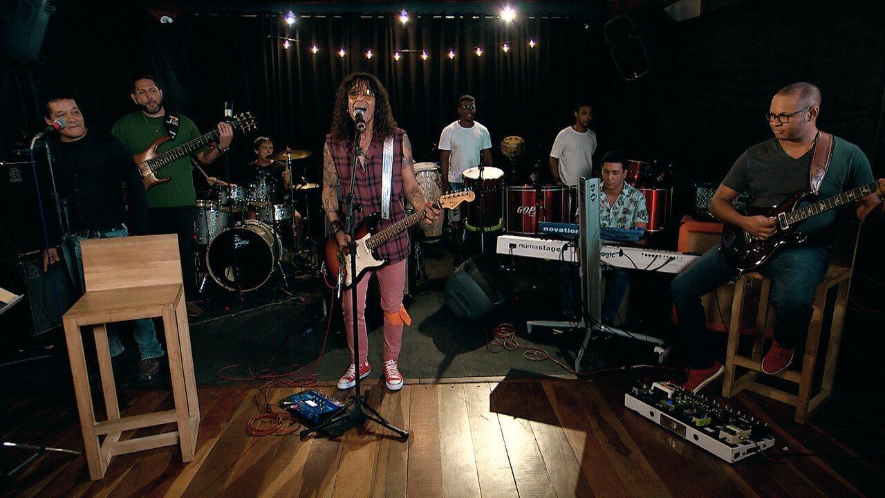 Camila recebe Luiz Caldas no estúdio tocando agogô; depois, o artista canta ''Ajayô''