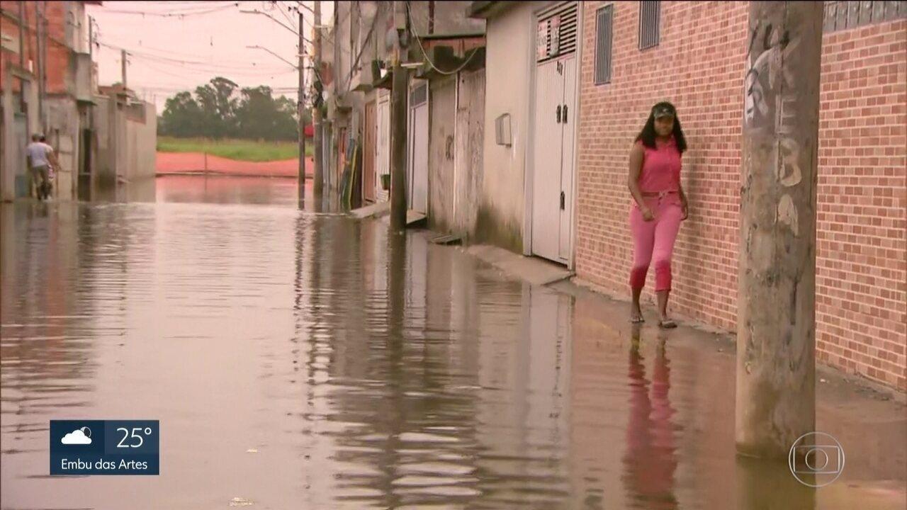 Moradores da Zona Leste sofrem com enchentes