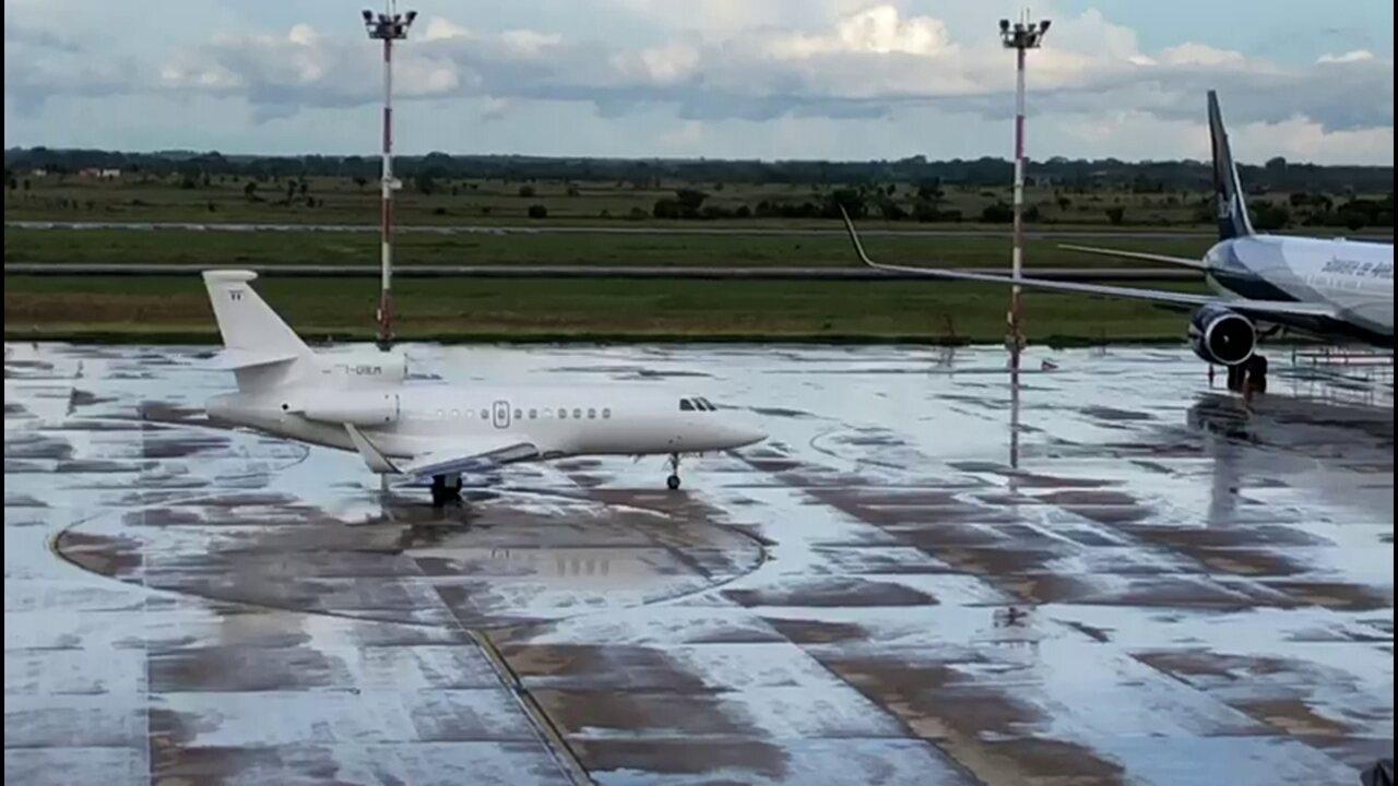 Avião com Cesare Battisti deixa a Bolívia rumo à Itália