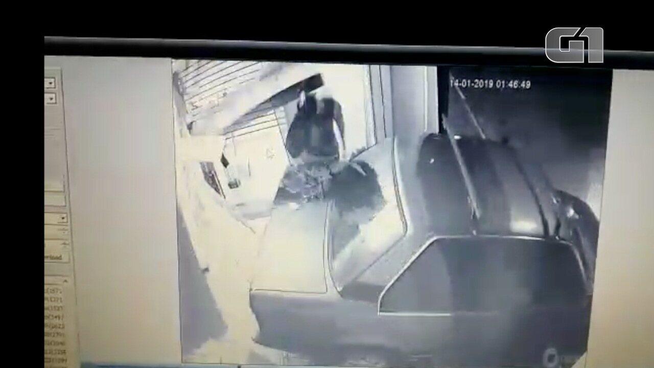 Criminosos estouram porta metálica e roubam loja de roupas em São José