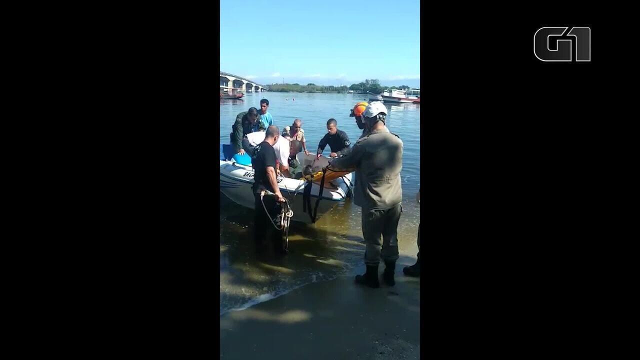 Policial é resgatado após queda de helicóptero na Baía de Guanabara