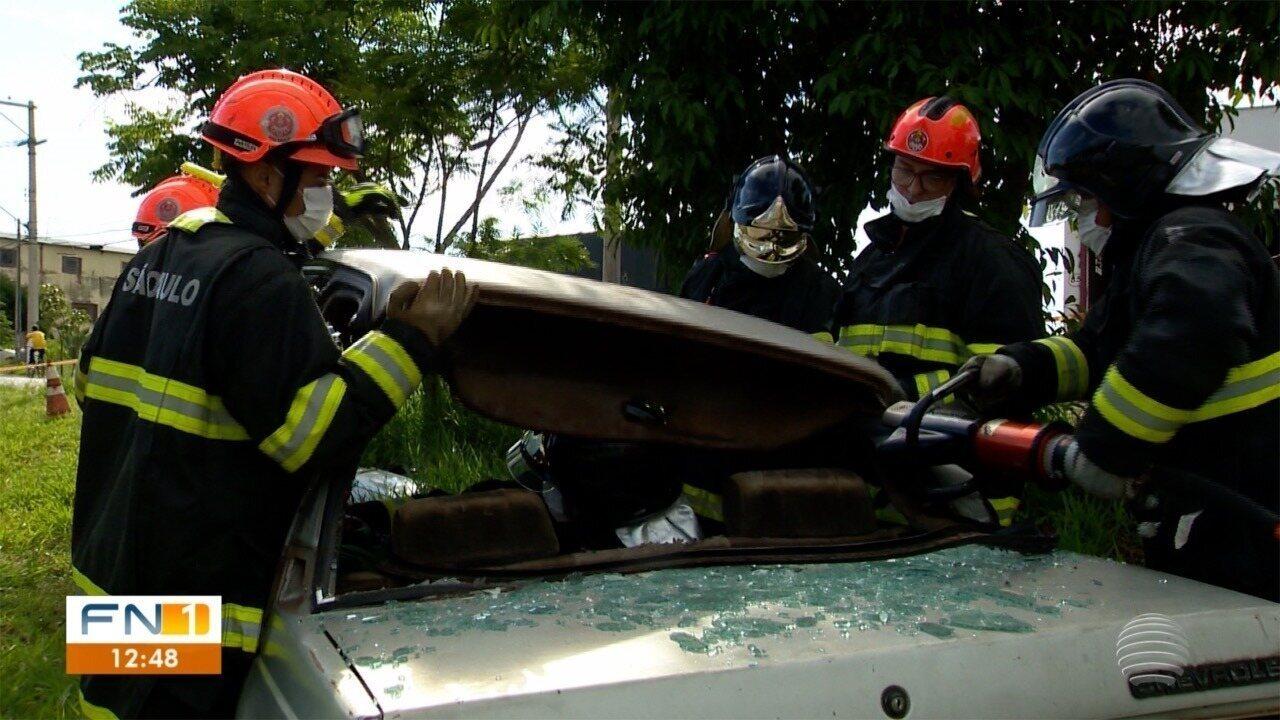 Simulação de acidente de trânsito serve para treinamento de socorristas