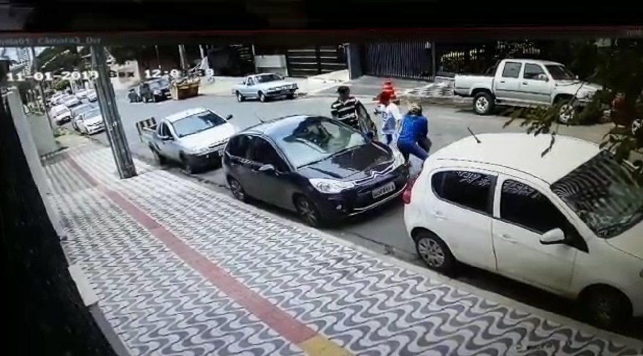 Psicóloga tem carro roubado por assaltantes ao estacionar em Cuiabá
