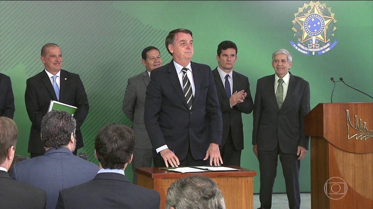 Bolsonaro assina decreto que flexibiliza a posse de armas de fogo no Brasil