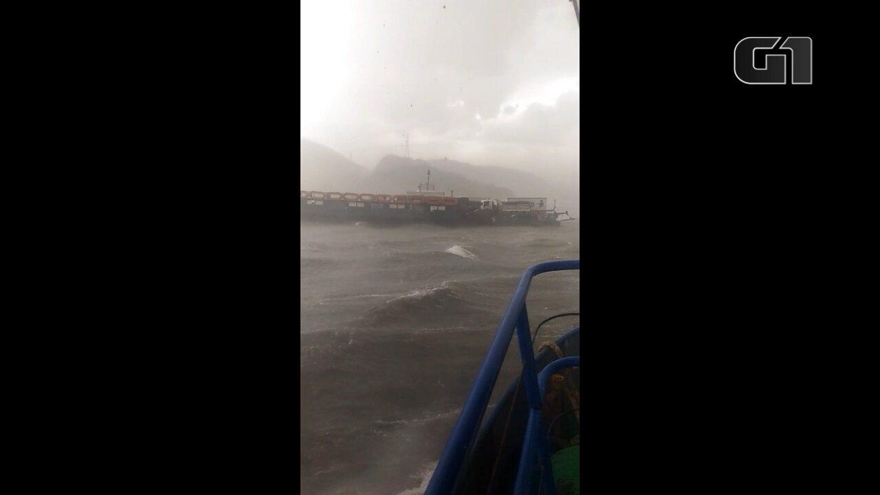 Ferry boat fica à deriva durante temporal no litoral do Paraná