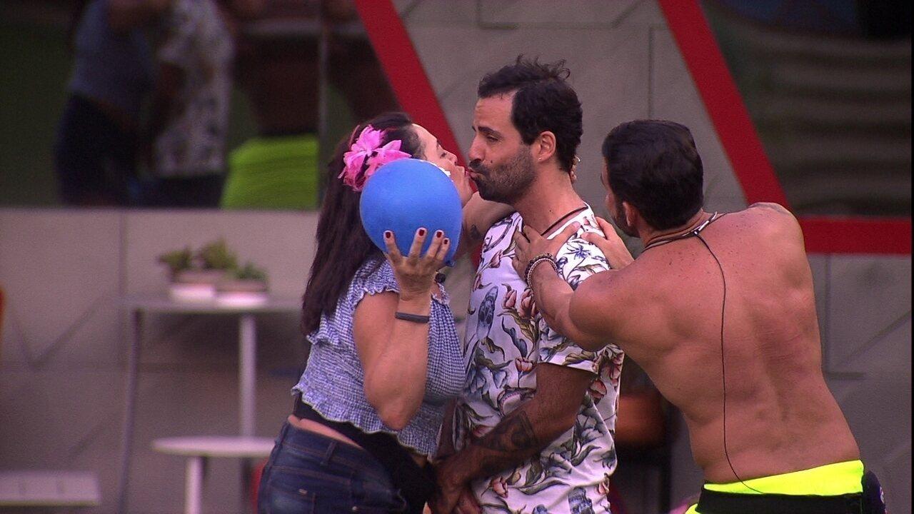 Vinicius erra resposta e ganha selinho de Tereza