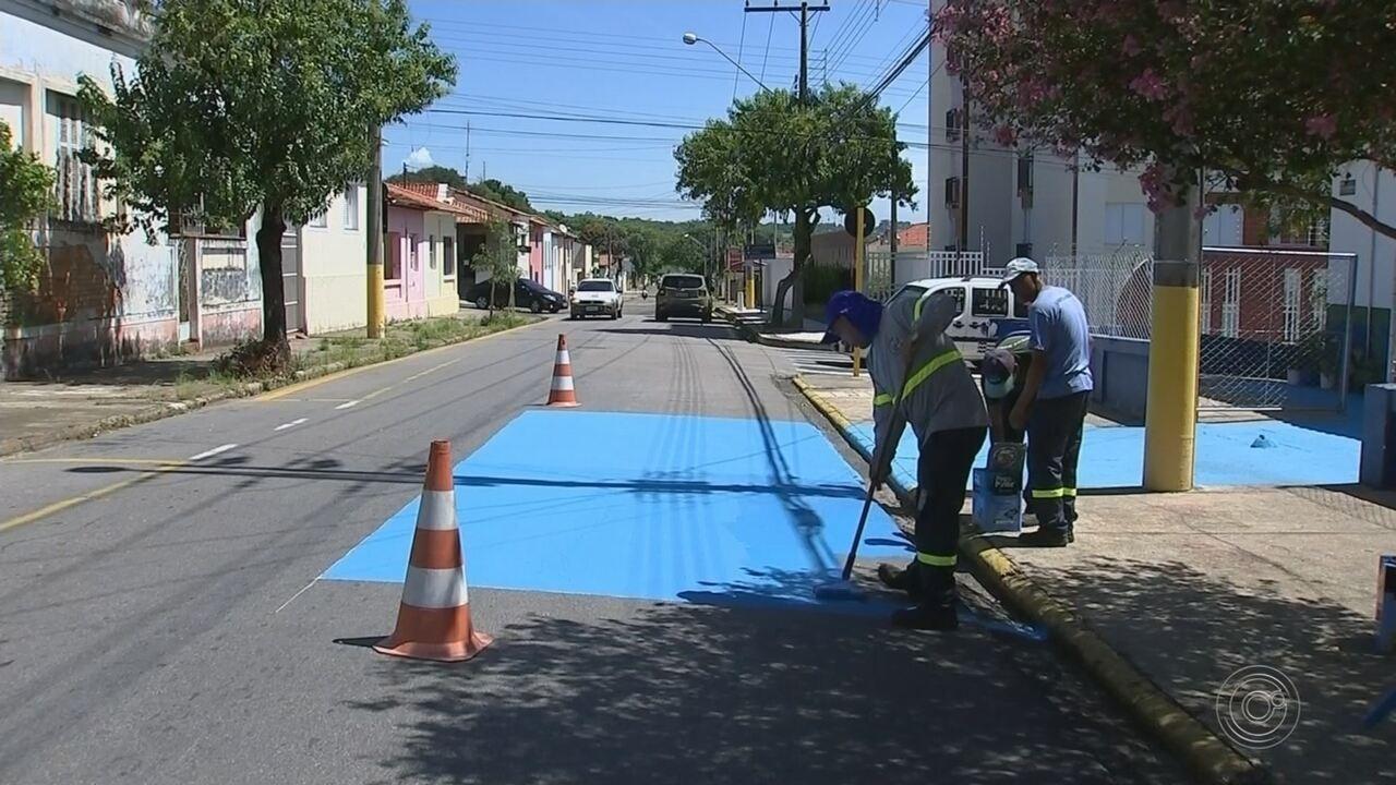 Prefeitura de Tietê pinta ruas de azul para diminuir o calor na cidade; entenda