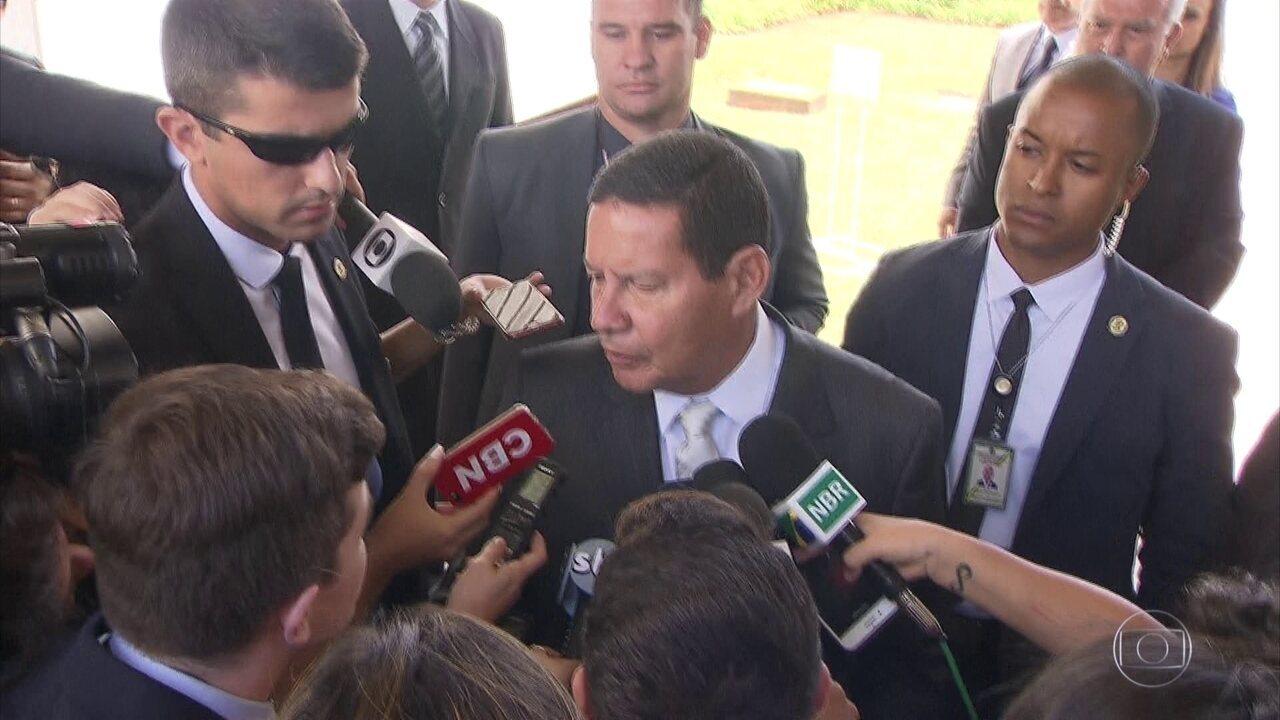 Presidente em exercício, Mourão defende o direito das pessoas andarem armadas nas ruas