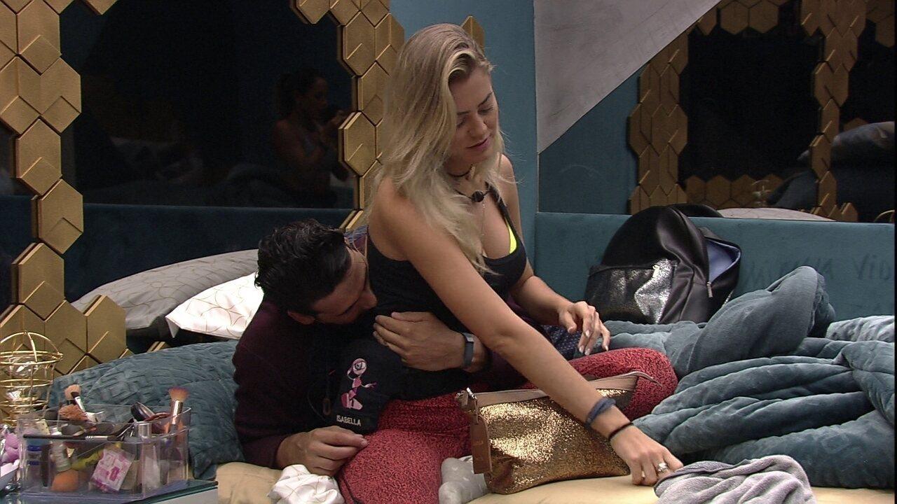 Maycon dá mordidinha nas costas de Isabella