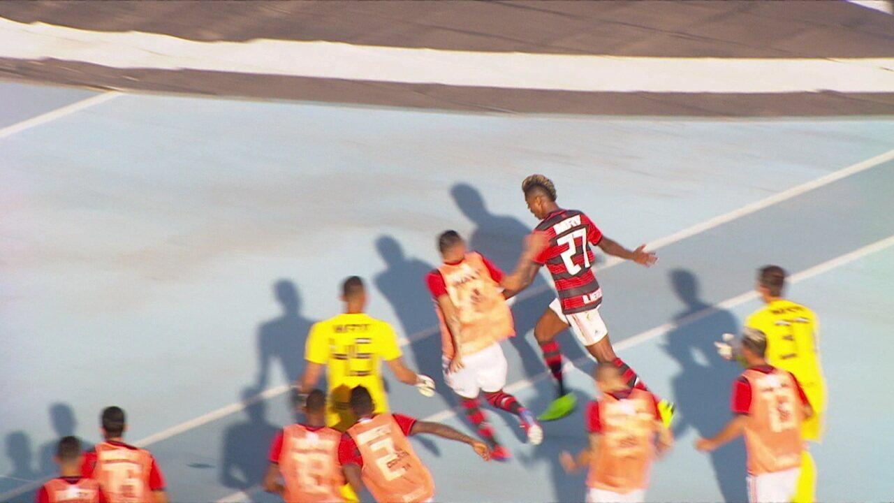 Gol do Flamengo! Após escanteio, Bruno Henrique cabeceia para empatar, aos 18' do 2º tempo