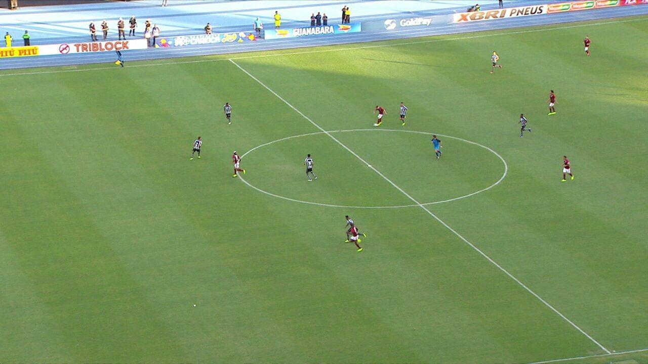 Everton Ribeiro lança Bruno Henrique, que toca para Gabriel marcar, arbitragem marca impedimento, aos 48' do 2º tempo