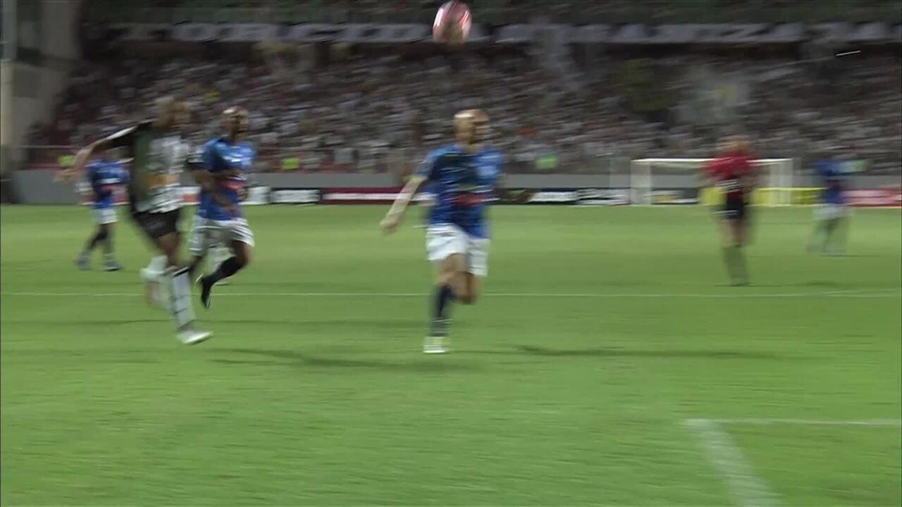 Gol do Atlético-MG! Jair dribla o marcador e manda de cavadinha para o gol, aos 9 do 2T