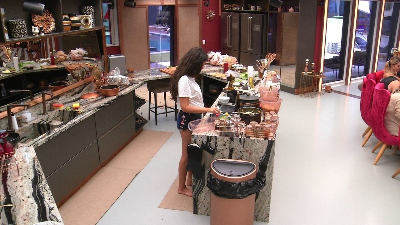Hana cozinha enquanto brothers almoçam na mesa