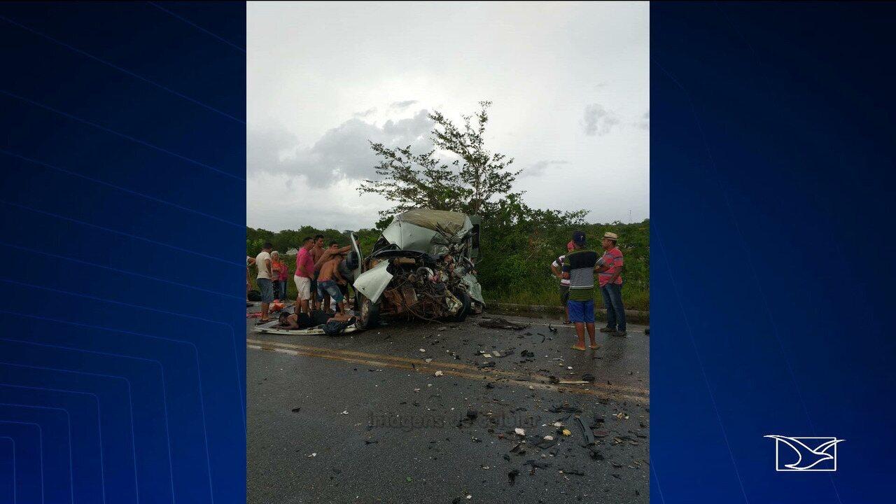Acidente entre van e caminhão deixa mortos na BR-402, no Maranhão