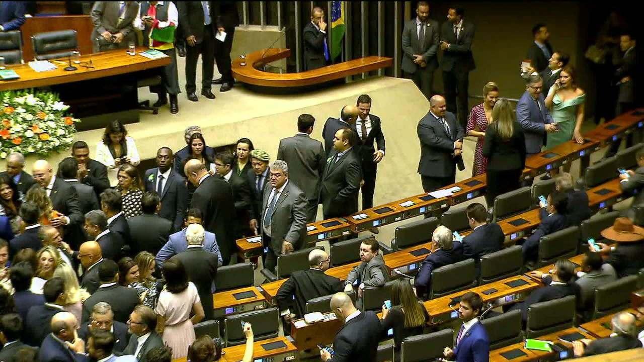Deputados tomam posse para 56ª legislatura na Câmara