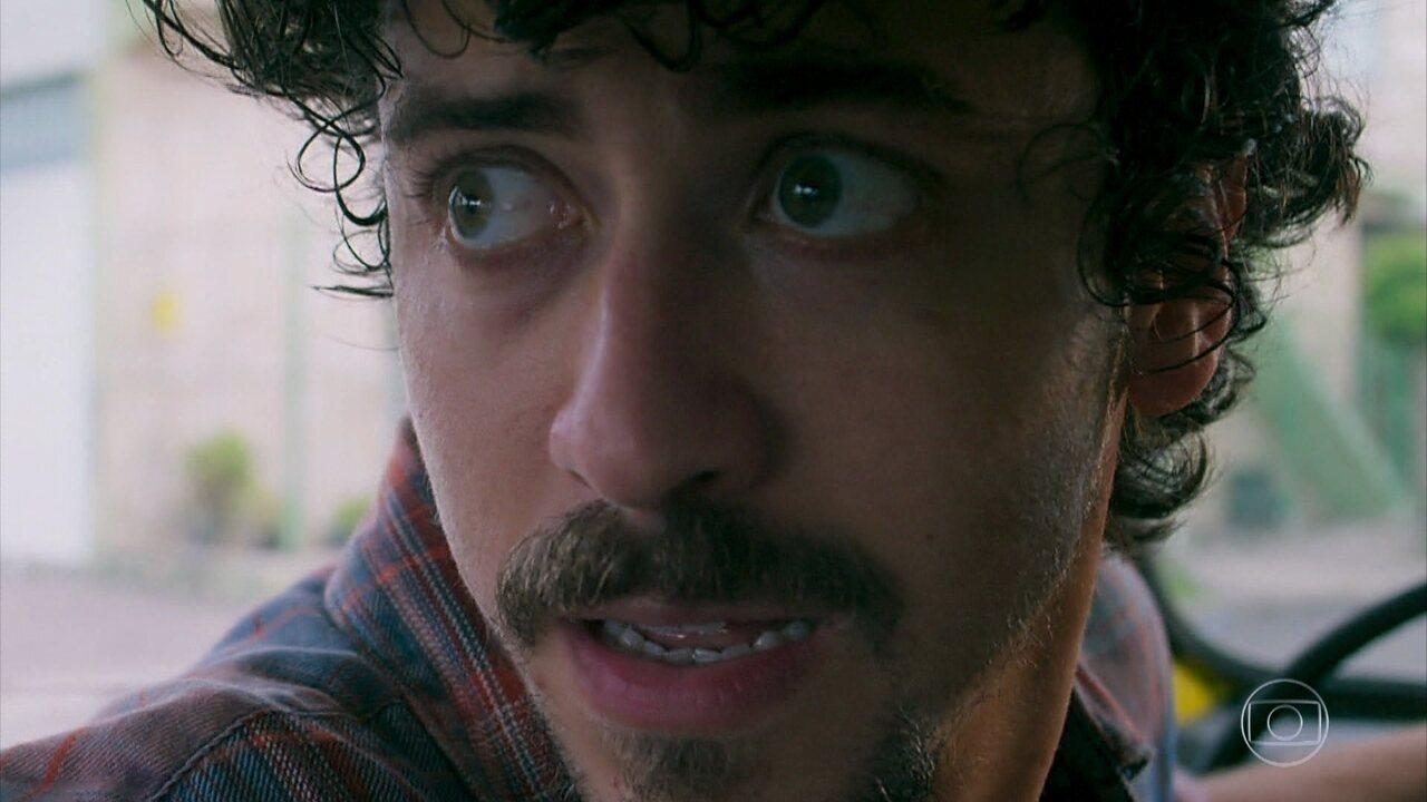 Jerônimo (Jesuíta Barbosa) furta o carro de João (Rafael Vitti) para fazer o assalto com Tutano