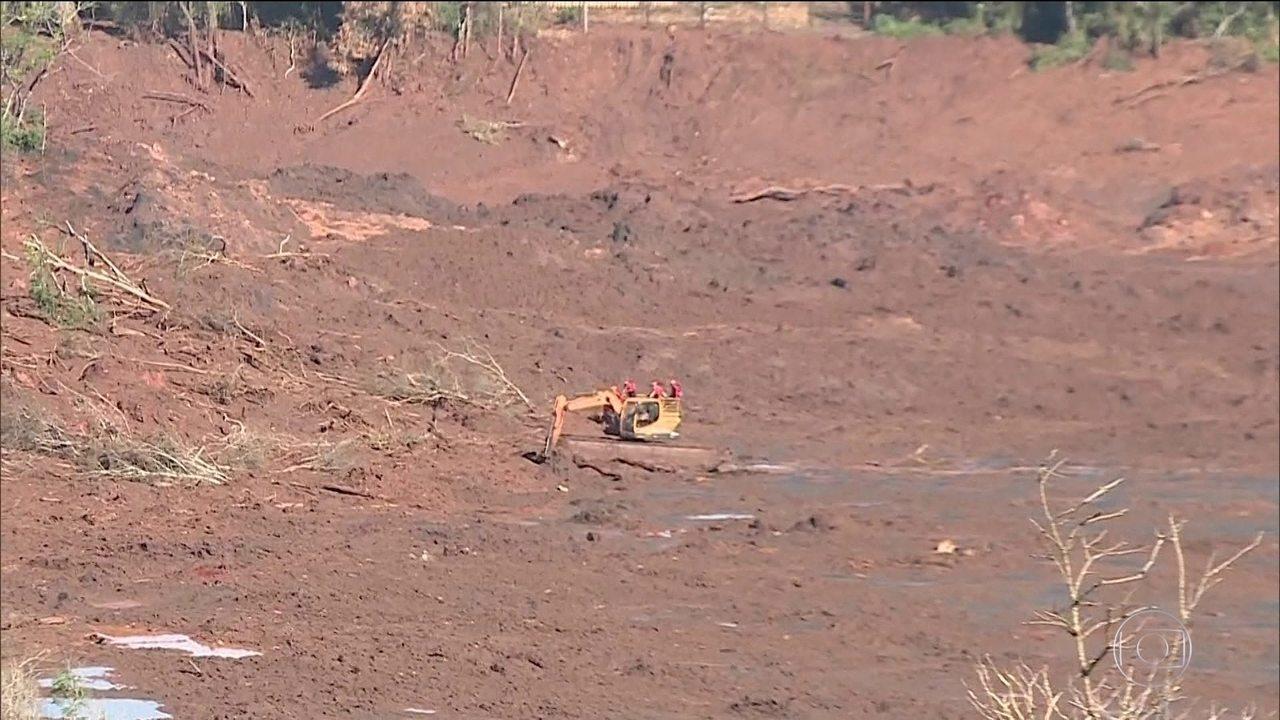 Bombeiros trabalham com máquinas e helicópteros após chuva em Brumadinho