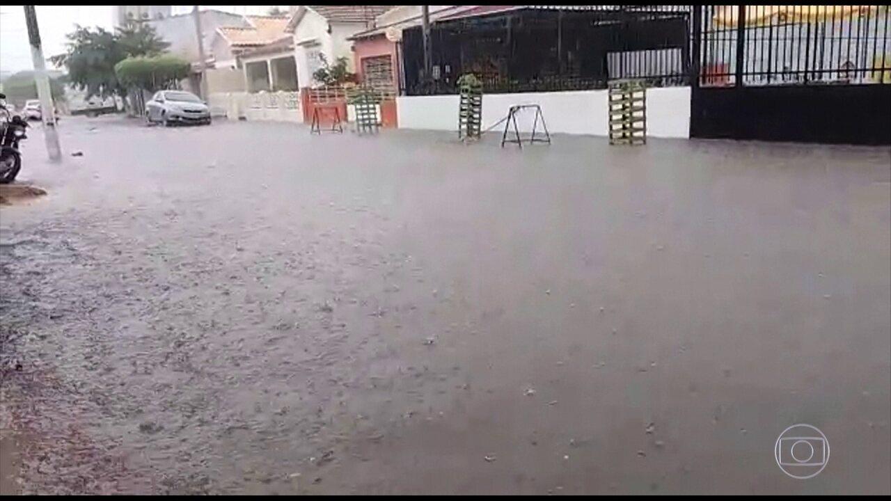 Chuva causa alagamentos e transtornos em Limoeiro