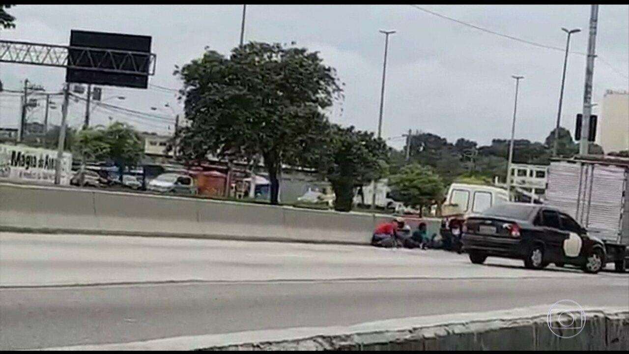 Tiroteio fere cinco pessoas e fecha a Avenida Brasil, no Rio