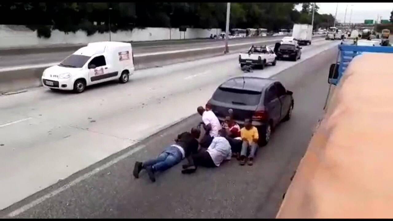 Tiroteio entre PMs e bandidos na Avenida Brasil deixa cinco feridos
