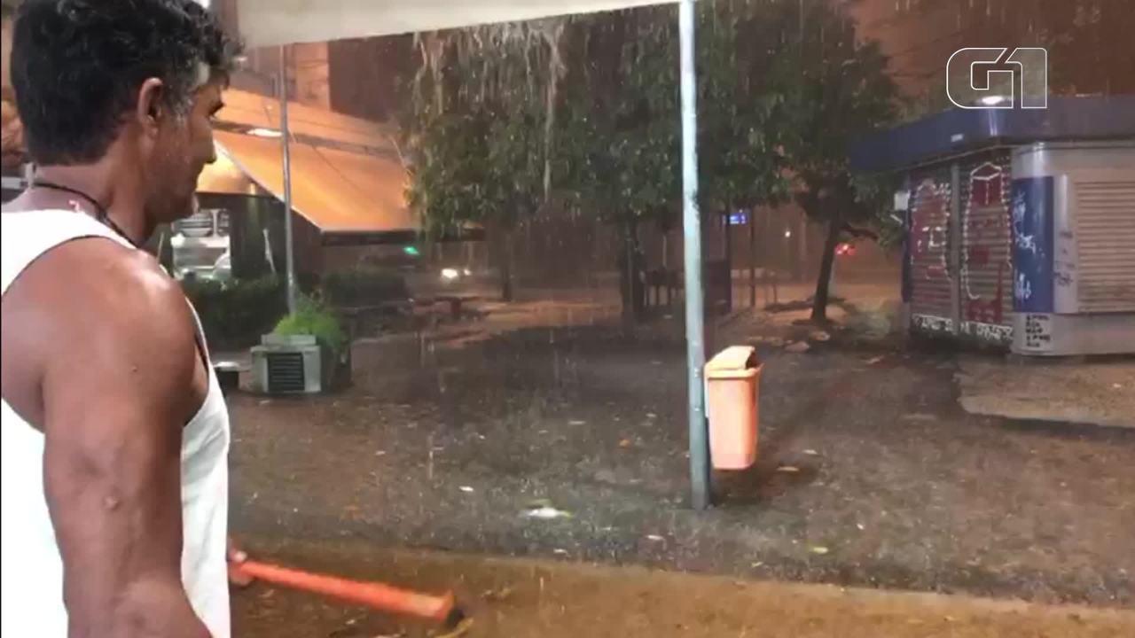 Pessoas se abrigam durante forte chuva no Jardim Botânico