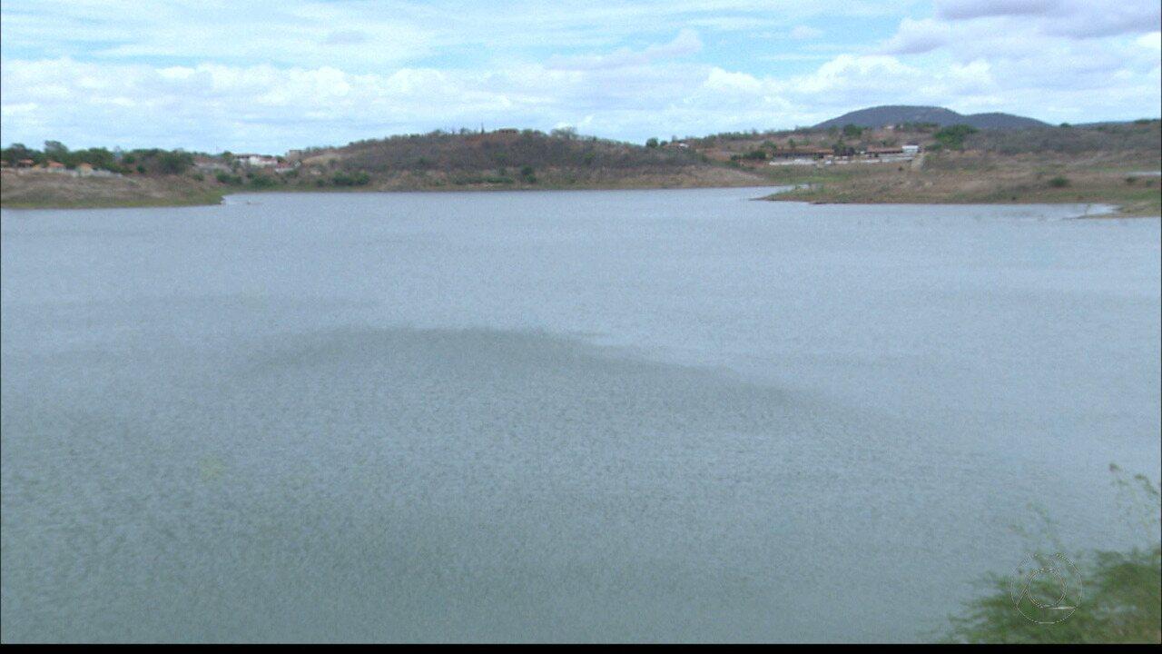 Chuva provoca mudança no cenário e na rotina das pessoas perto do Açude de Boqueirão