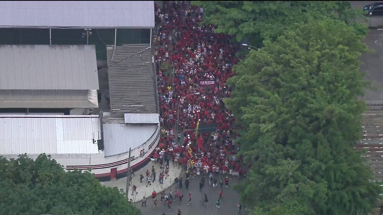 Torcida do Flamengo abraça a sede em homenagem aos mortos no incêndio
