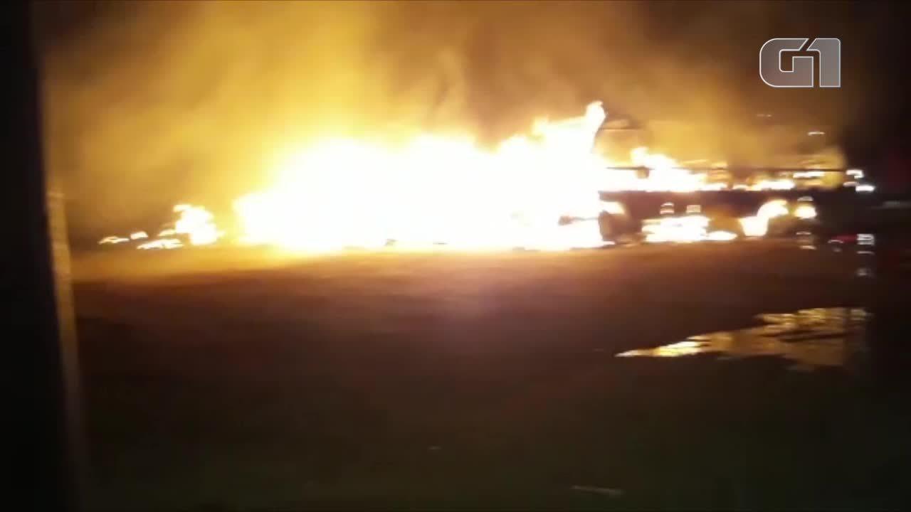 Sete ônibus escolares, carro do IML e ambulância pegam fogo em Aragarças