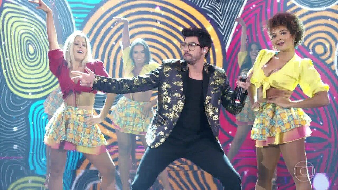 Gabriel Diniz canta 'Jenifer' durante apresentação no 'Domingão do Faustão'