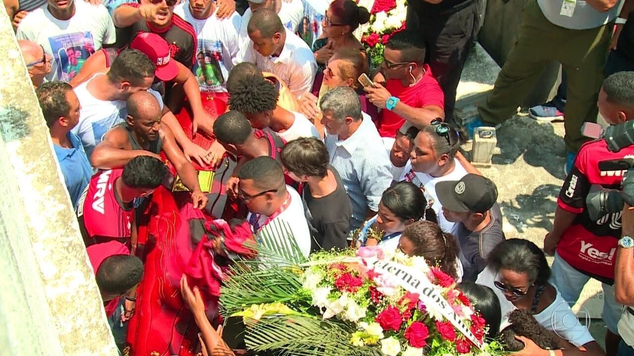 Emoção na despedida de três jovens que morreram no incêndio no Ninho do Urubu