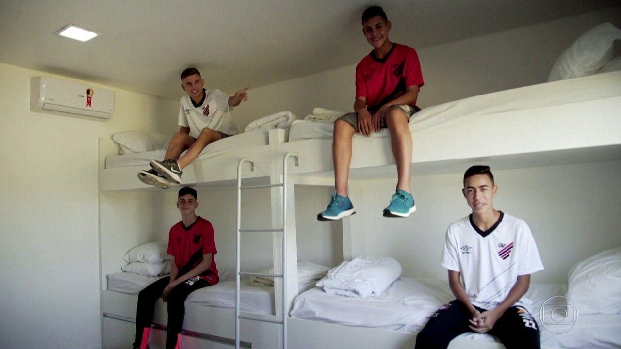 Jovens vivem longe de casa para realizar um sonho: ser jogador de futebol