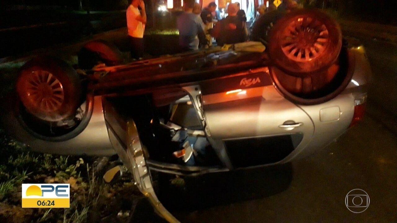 Carro capota e deixa motorista ferido em Igarassu