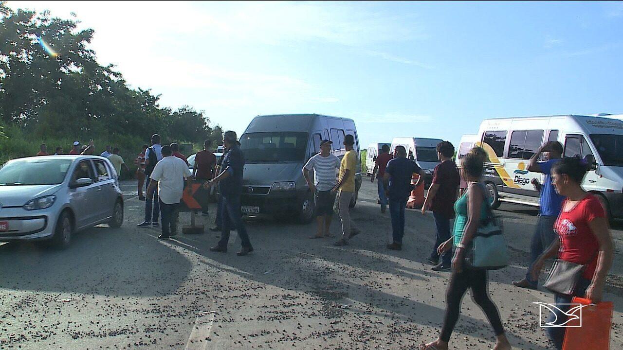 Motoristas realizam protesto contra a apreensão de vans em Bacabeira