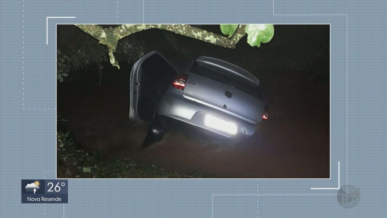 Carro com quatro ocupantes é arrastado por enxurrada em Santa Rita do Sapucaí (MG)