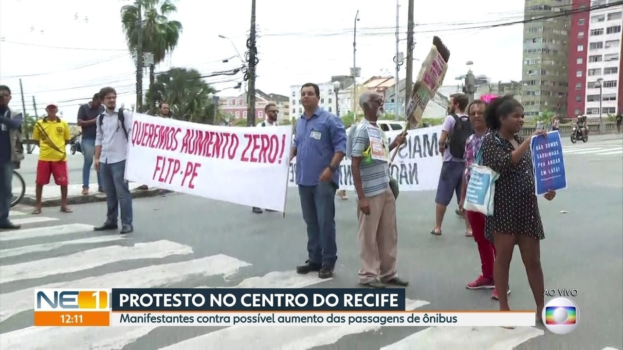 Protesto contra possível aumento de passagem de ônibus interdita via no Centro do Recife