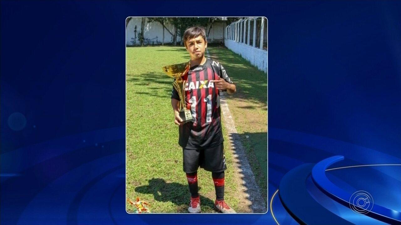 Jogador morto em incêndio no CT do Flamengo é enterrado em Itararé