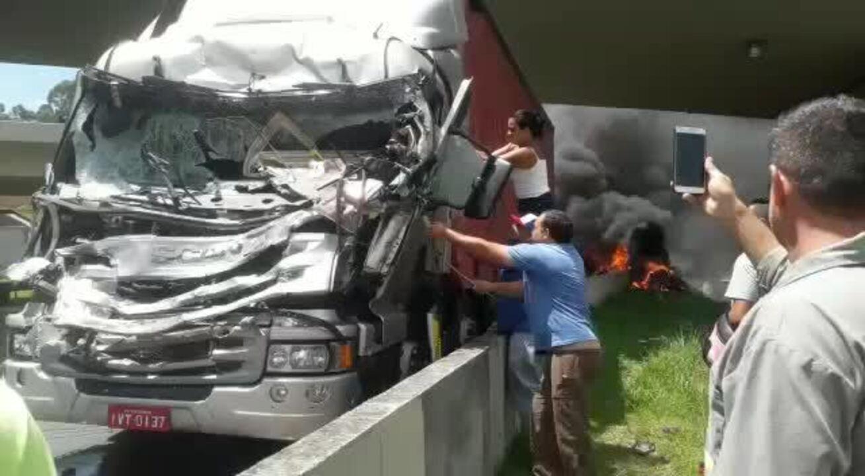 Vídeo mostra pessoas retirando motorista de caminhão que bateu em helióptero em SP