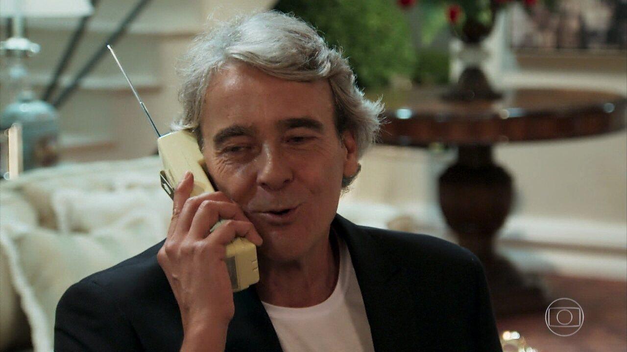 Quinzão disfarça ao falar com Magda no telefone