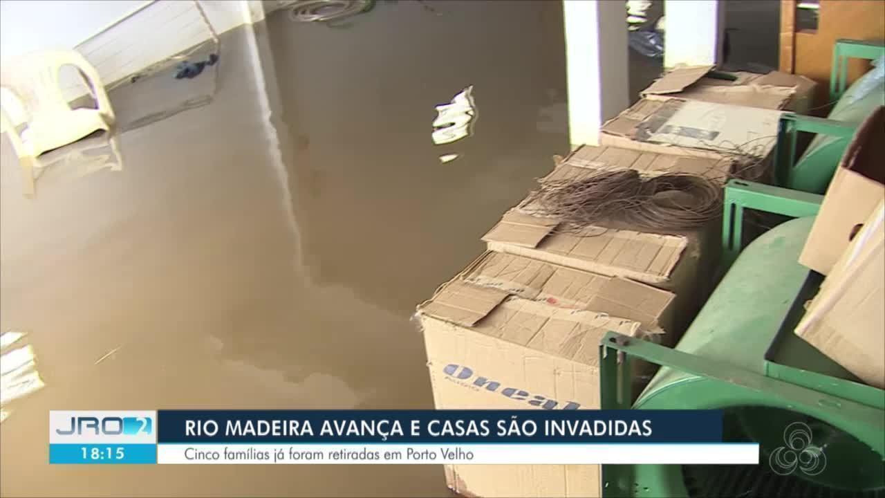 Casas são invadidas pela água do Rio Madeira no bairro Baixa da União