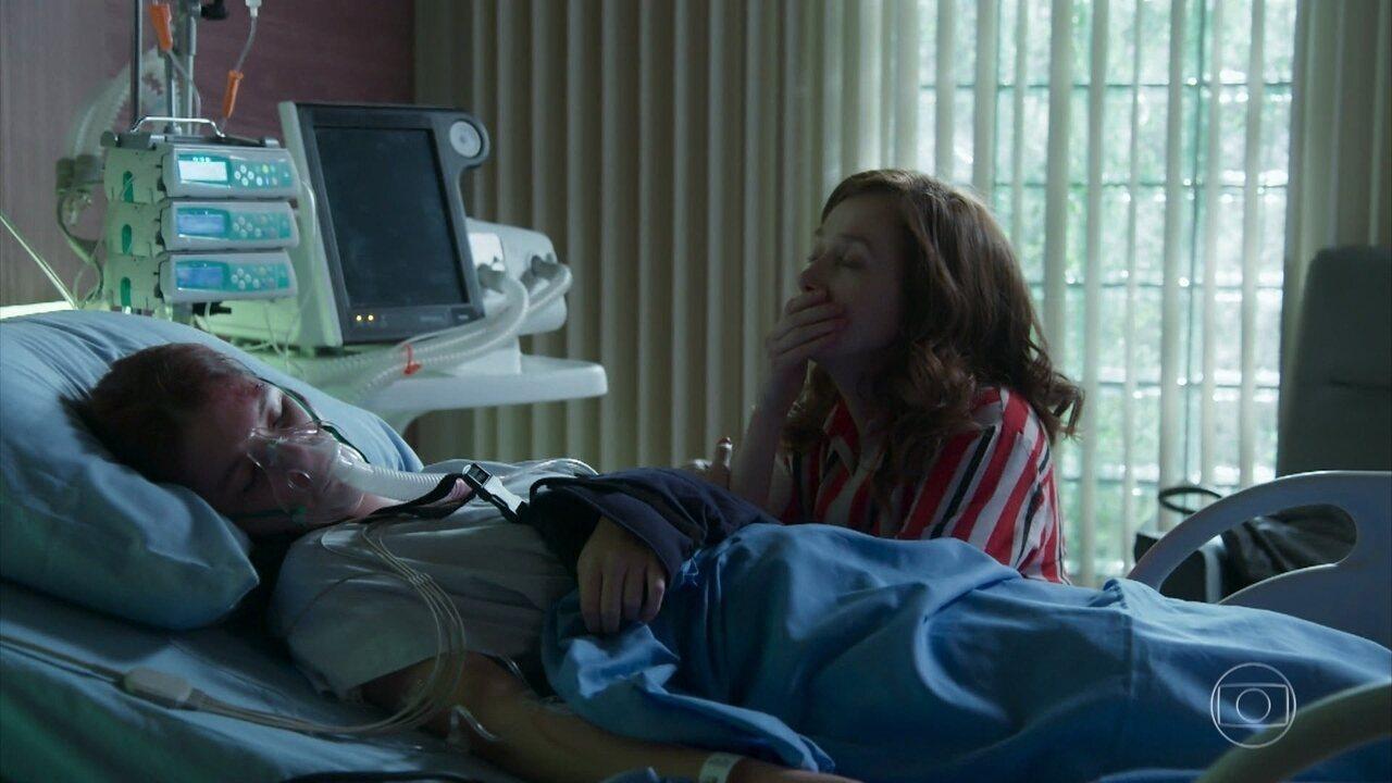 Gabriela chora ao lado da cama de Flora