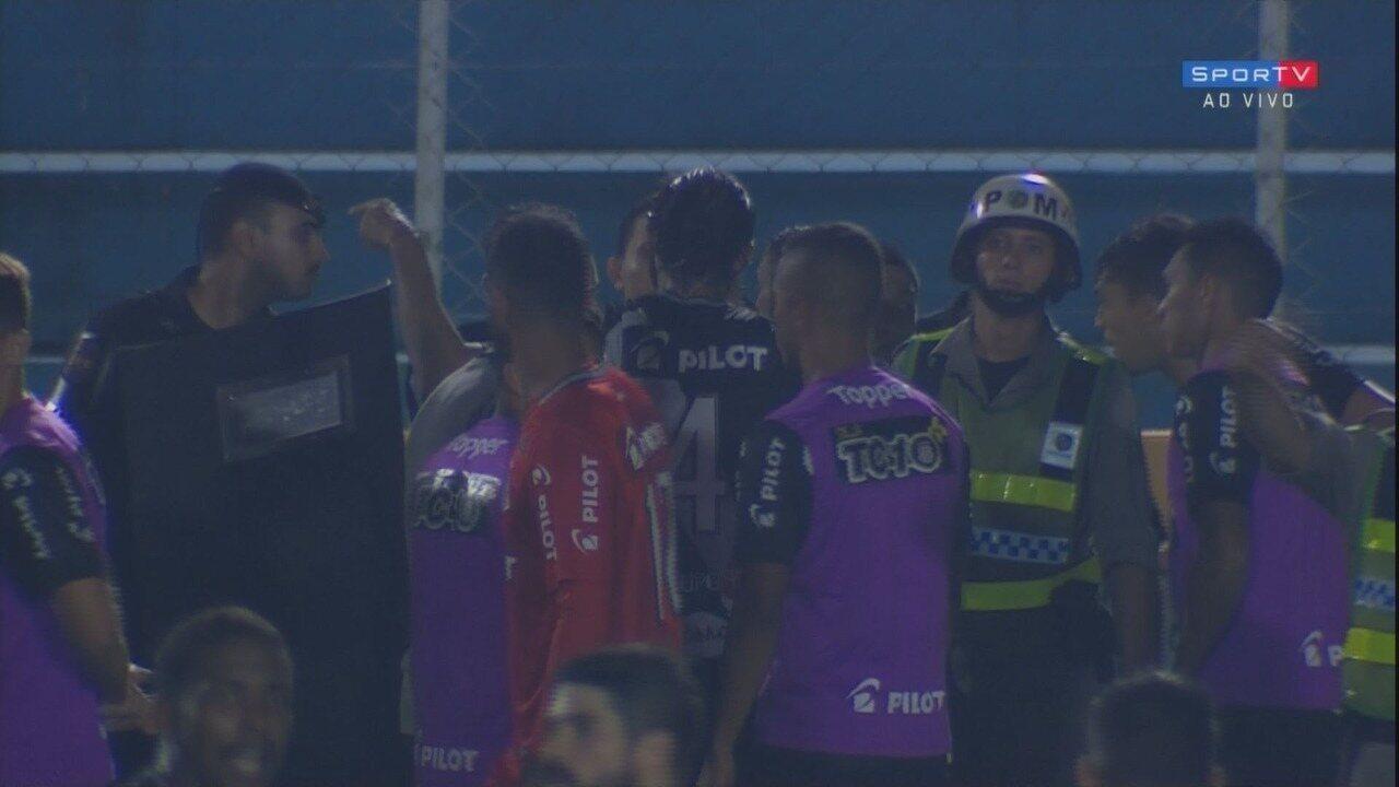 Hugo Cabral empata, árbitro dá o gol, mas volta atrás e anula, aos 44 minutos do 2º tempo