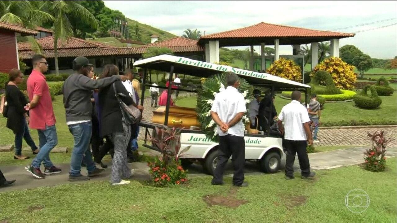 Rapaz morto por segurança de supermercado é enterrado