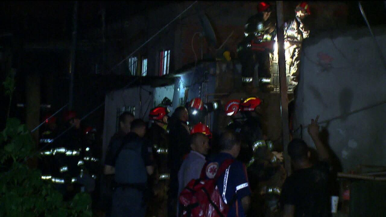 Bombeiros encontram quarta criança vítima do deslizamento de terra em Mauá (SP)
