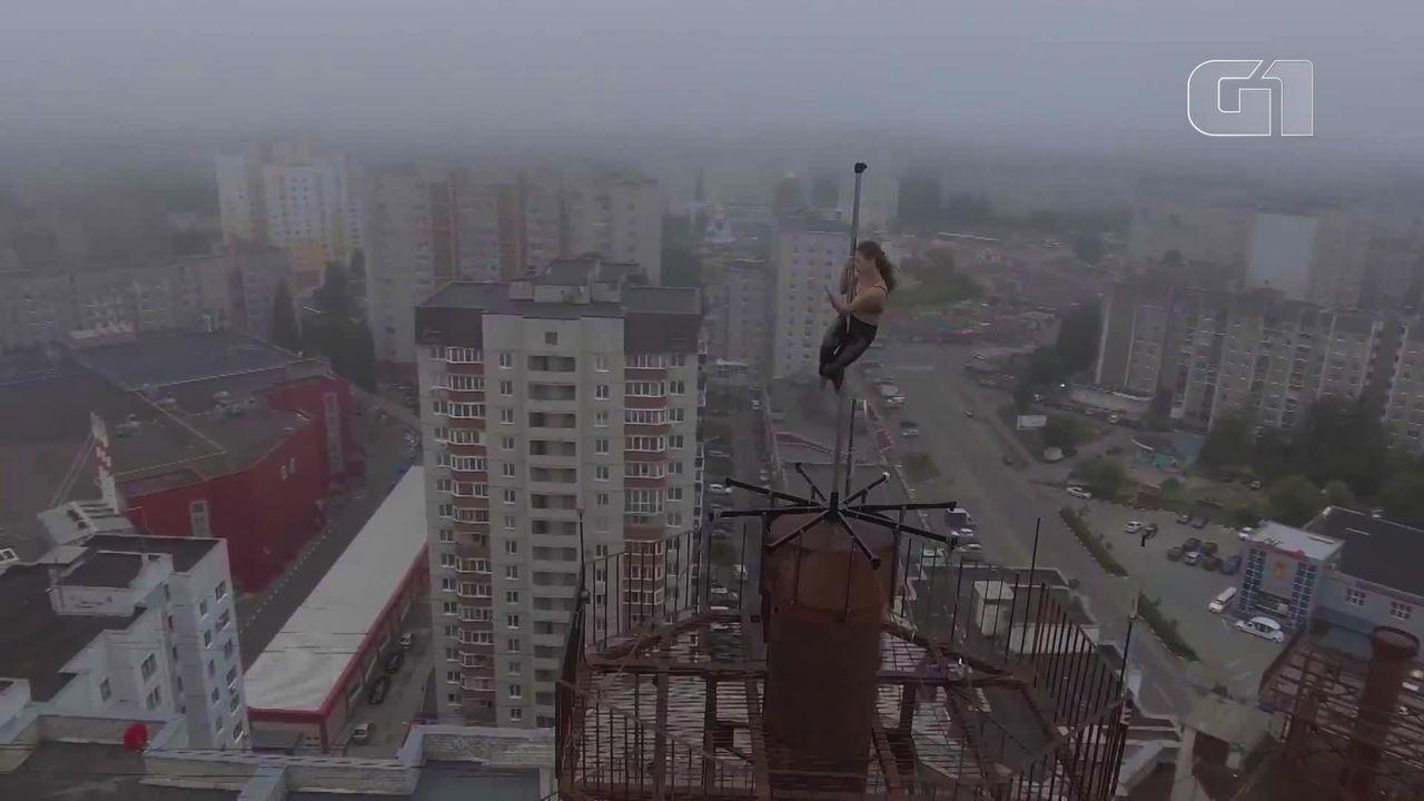 Mulher faz pole dance em topo de prédio na Rússia