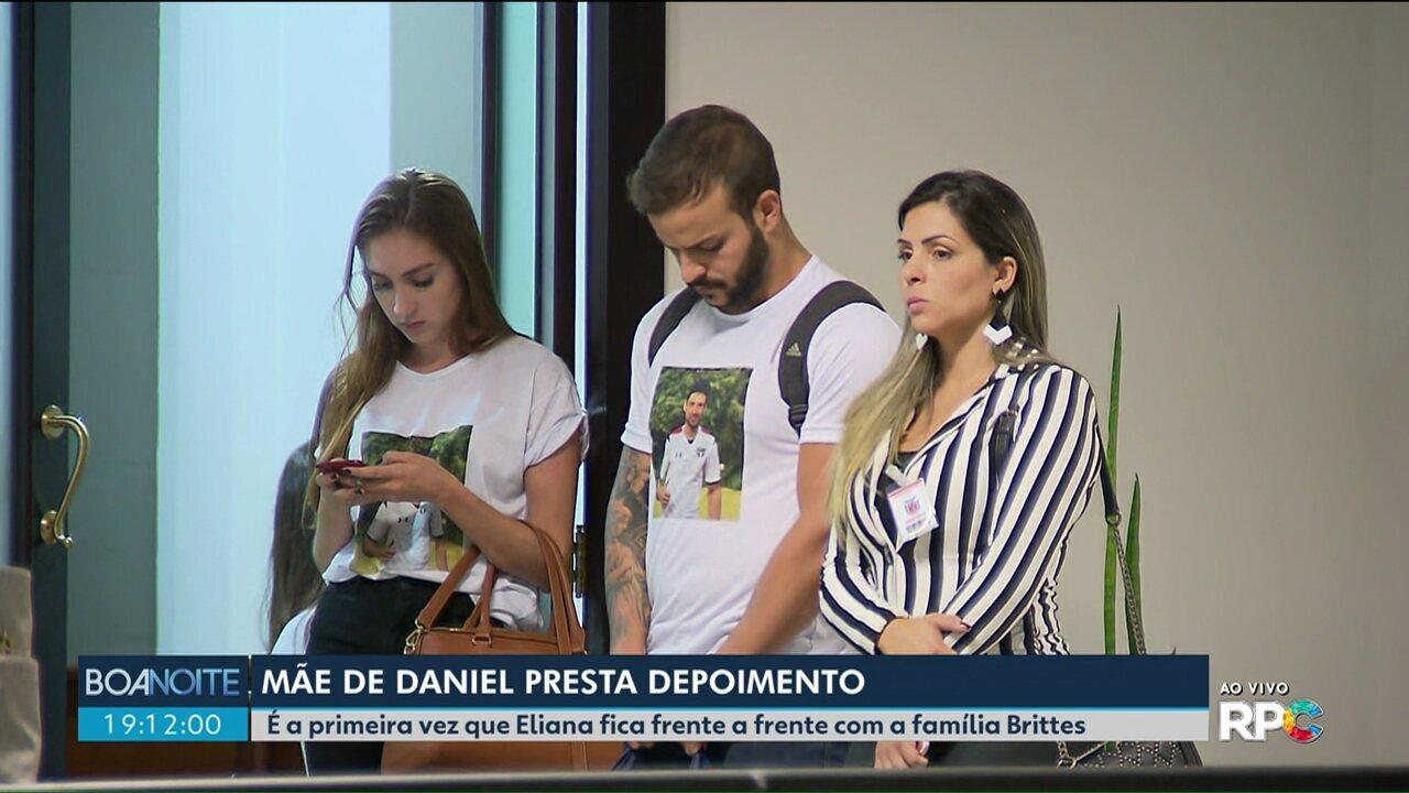 Mãe do ex-jogador Daniel fica, pela primeira vez, frente a frente com a família Brittes