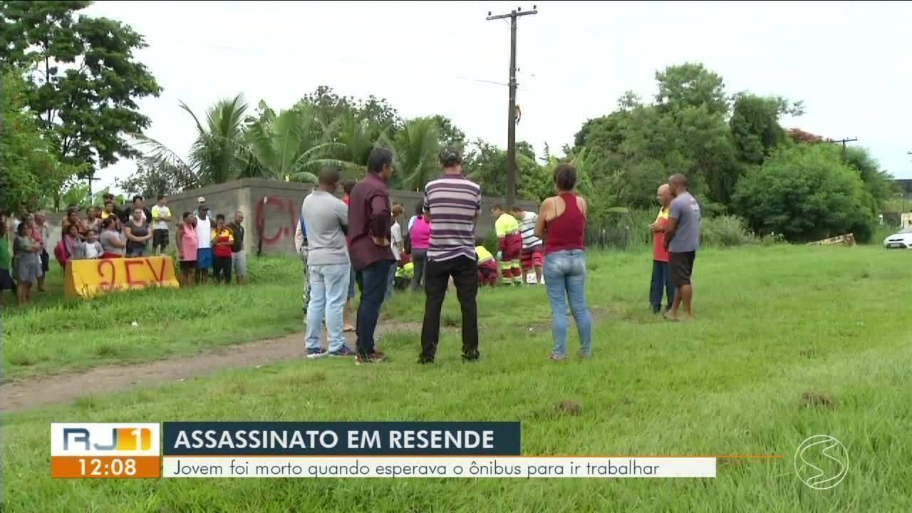 Jovem é morto a tiros em ponto de ônibus em Resende